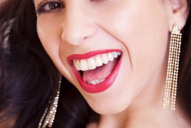 Víme, co se skrývá za dokonalým a zářivým úsměvem