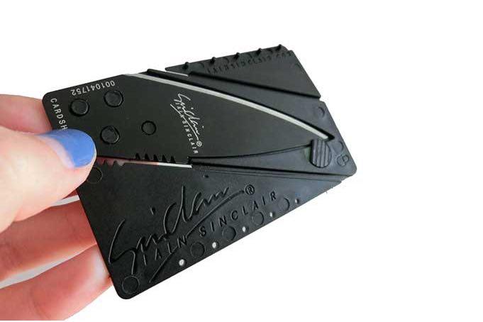 Nůž ve tvaru kreditky, pomocník při cestování