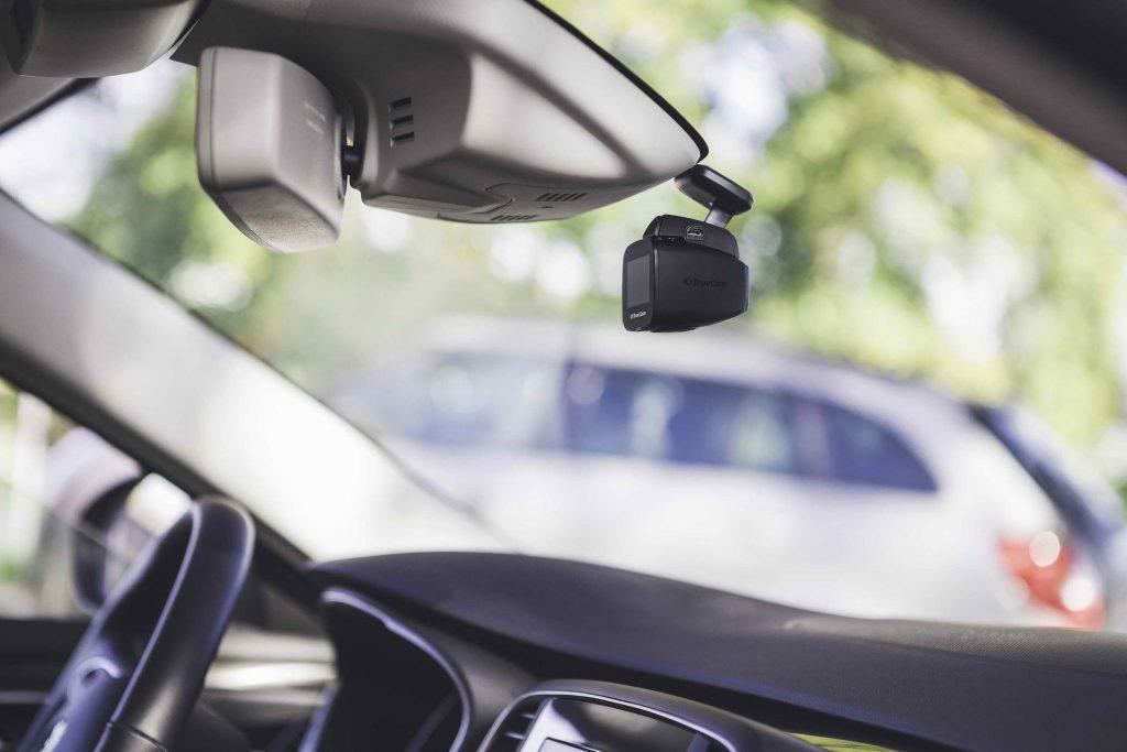 TrueCam H5: Skutečně nenápadná autokamera, auto